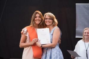 Isabella con E. Boniuk directora del programa International MBA en la ceremonia de graduación.