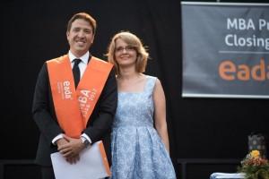Santiago Ceballos y Ella Boniuk- directora de los programas MBA- en la cermonia de graduación, 2017
